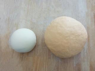 爱心红薯豆沙球,揉成两个光滑的面团,发酵