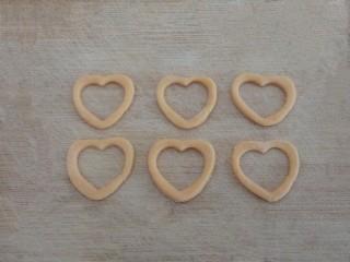 爱心红薯豆沙球,去掉多余的部分,取环形