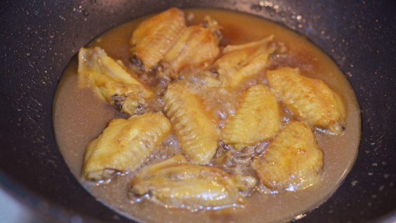 柠檬鸡翅,煮15分钟后,把里面的柠檬和生姜挑出来扔掉。盖上锅盖,接着煮5分钟。