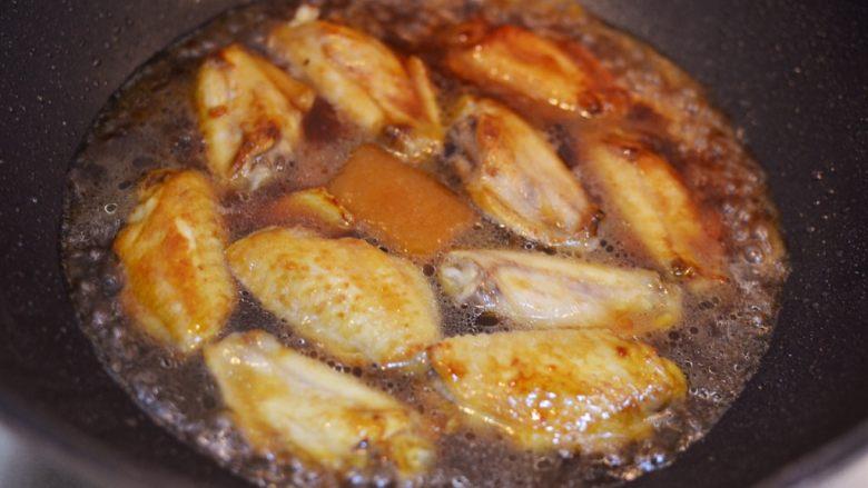 柠檬鸡翅,倒入清水,与食材平齐。