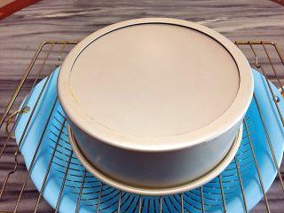 无水海绵蛋糕,出炉倒扣放凉,脱模。