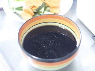 糖醋排骨 撩妹必杀技,趁着水开的间隙调酱汁,酱汁多少看小肋排的数量定,用10个小肋排做比例,要4勺醋,2勺生抽,3勺白糖,1勺蜂蜜,半碗料酒,搅拌均匀备用。