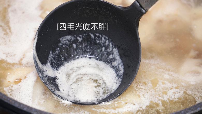 鲜藕炖排骨,用勺将排骨及藕块稍加搅匀,再次大火煮开,将翻滚的浮沫撇清;