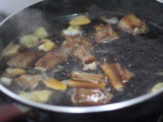 糖醋排骨 撩妹必杀技,再把刚才腌制排骨用的酱汁到进去,再加水没过排骨,大火烧开,小火焖煮5分钟。