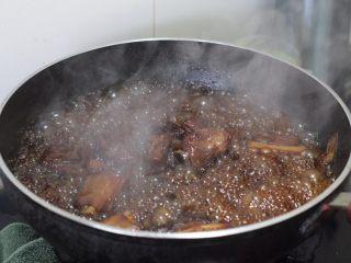 糖醋排骨 撩妹必杀技,小火焖煮到汤汁变少有点浓稠了,再打开锅盖大火收汁,收汁到感觉每块排骨都裹上汤汁就好了,因为有汤千万不要烧太过,容易糊。