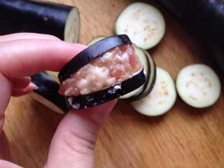 香辣茄盒,填入肉馅,轻轻按压一下