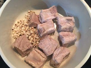当归莲藕莲子排骨汤,接着取一汤锅,放入洗净的排骨与薏仁,