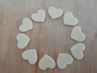 爱心红薯豆沙球,取少部分白色面团,擀成厚薄适中的面皮,用小爱心模具按压
