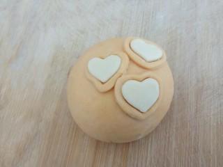 爱心红薯豆沙球,再把白色爱心粘到环形中间