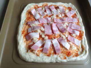 玉米培根披萨,摆放培根片