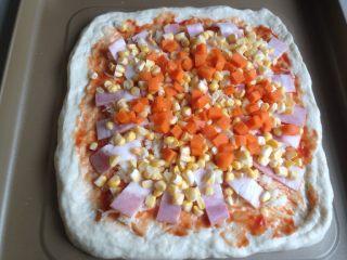 玉米培根披萨,放上玉米和胡萝卜粒