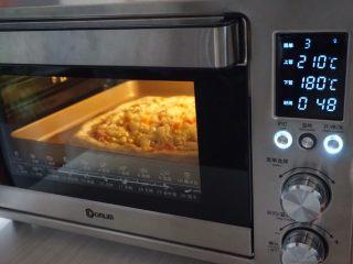 玉米培根披萨,放入已经提前预热上火210度,下火180度的东菱K40C烤箱下层,烘烤15分钟左右