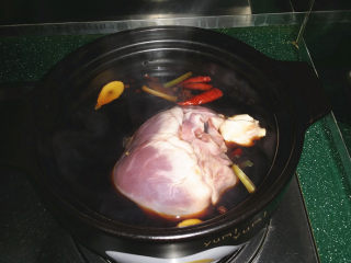 #黑醬油# 香辣鹵豬心,將腌好的豬心沖洗干凈后放入