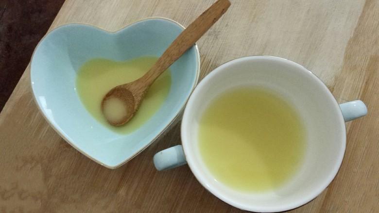 姜撞奶,姜汁碗有点小,分成两份,用勺子将底部沉淀的生姜汁搅匀