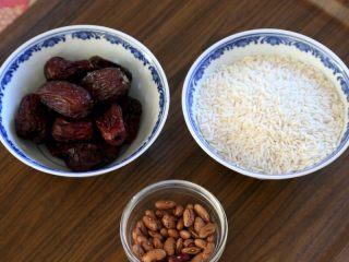 早餐+甑糕,1.备好材料:糯米300克、红枣80克、蜜枣50克、芸豆30克