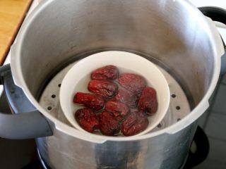 早餐+甑糕,4.红枣放在碗里,加少量的水蒸软,这样做方便去皮。