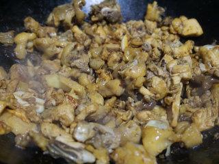 板栗烧鸡,待香味炒出后,烹入生抽上色