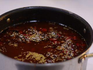 秘制黑松露牛肉酱,把所有材料混合,加入豆瓣酱熬30分钟,期间要不停的搅拌,防止底面结糊