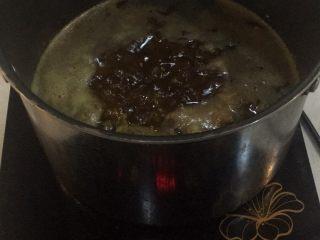 秘制黑松露牛肉酱,炸好香料的油中依次分别放入牛肉、杏鲍菇、辣椒水分炸干,捞出备用