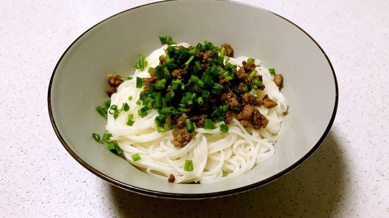 豌豆尖肉末米线,撒上香葱末