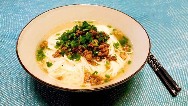 豌豆尖肉末米线,一碗热乎乎,香喷喷的豌豆尖肉末米线做好了~