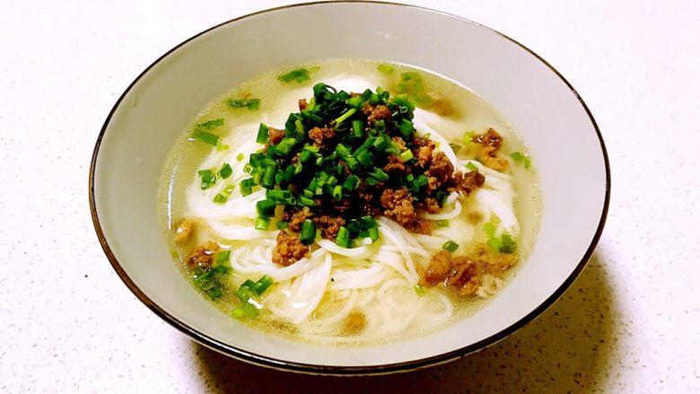 豌豆尖肉末米线,加入煮好的棒骨汤