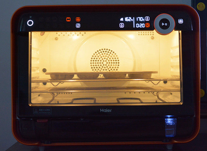 原味甜甜圈,预热好的烤箱,170度烤20分钟就可以了;