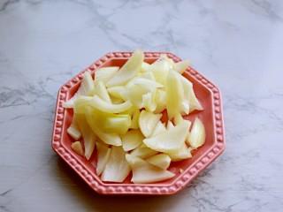 青椒炒培根,洋葱斜切块