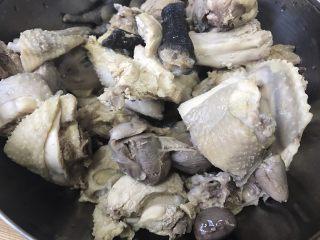 #绿色美食#萝卜鸡汤,捞出,温水洗去浮沫。这样再炖出来的汤会很干净。