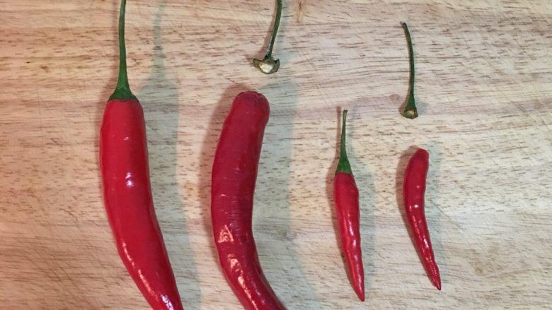 自制剁椒,表面完全没水份的辣椒,只需用手将蒂头拔除。