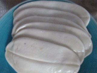 牛骨汤烩面,擀成长片,中间用筷子压一条痕迹,方便拉开。然后表面涂抹一层食用油,全部擀好用保鲜膜包颜色,再饧一小时以上