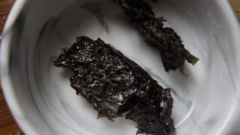 龙利鱼馄饨,紫菜放入碗里