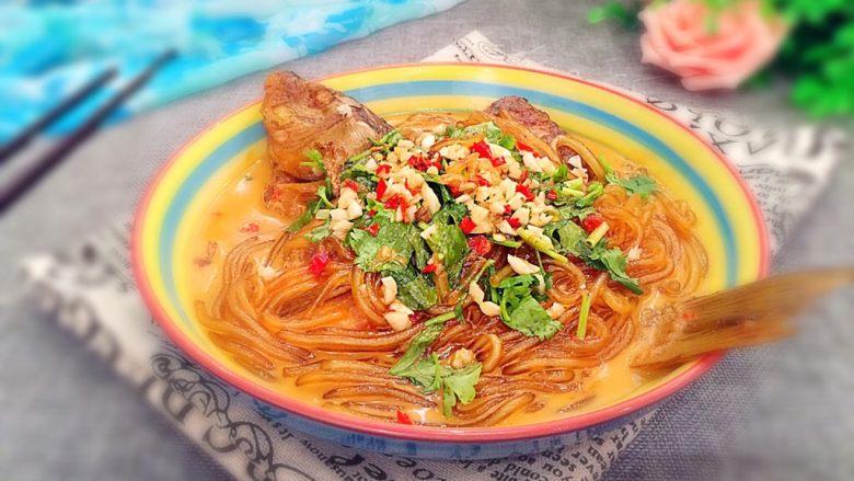 鲤鱼炖粉条,装盘后撒上香菜段、蒜末和辣椒碎即可。