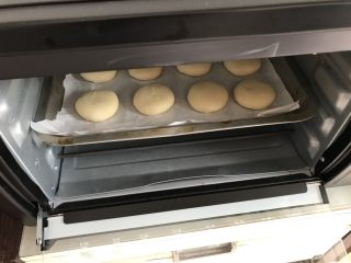 绿豆饼~酥了一地渣儿,送入预热好的烤箱中层上下火190度30分钟