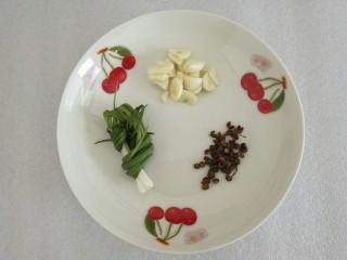 凉拌莴笋,蒜切丁,准备好花椒