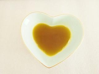 凉拌莴笋,把花椒、蒜、香葱结捞出(不要扔了,炒菜时可以用),油盛到碗里