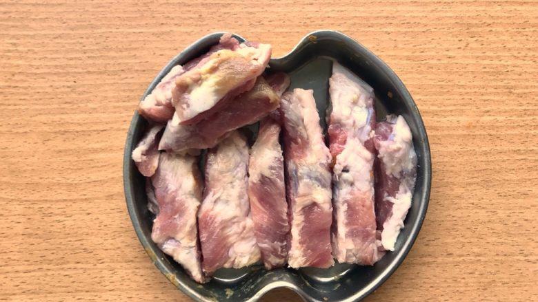 晚餐+一碗芝士排骨饭,排骨按照一根根骨头切成长条。