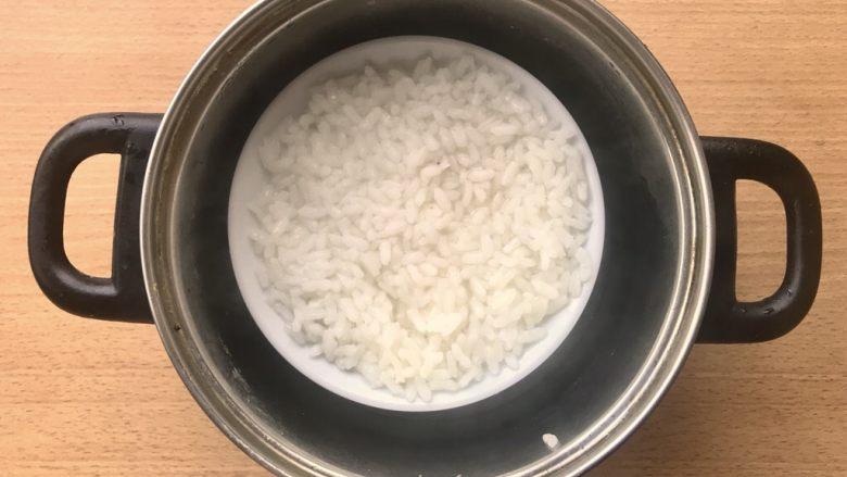 晚餐+一碗芝士排骨饭,稍微休息一下就可以将腌制米的碗放入差不多到碗一半的开水,整个锅在灶上煮10分钟。就会有大致如图水收干快熟的一碗米饭。