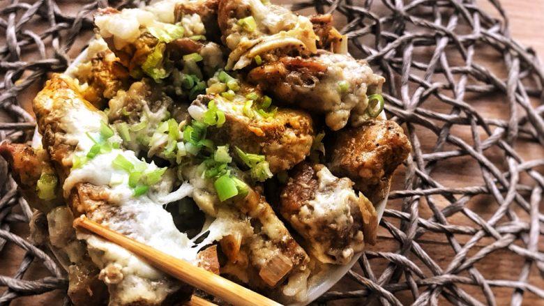 晚餐+一碗芝士排骨饭,撒上葱花就可以拉丝排骨搭上米饭啦~~