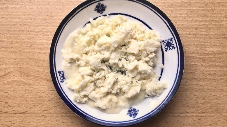 晚餐+一碗芝士排骨饭,马苏里拉芝士切碎,如果已经是碎的就准备在一旁。