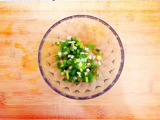 酸甜可口梅汁开背虾,小葱洗净,如图所示,切碎!