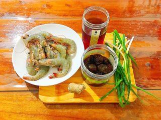 酸甜可口梅汁开背虾,首先我们准备好所有食材! 我这里用的是冷冻的大白虾,你也可以用其他海虾,有新鲜的当然最好啦! 不建议用比较小的河虾!