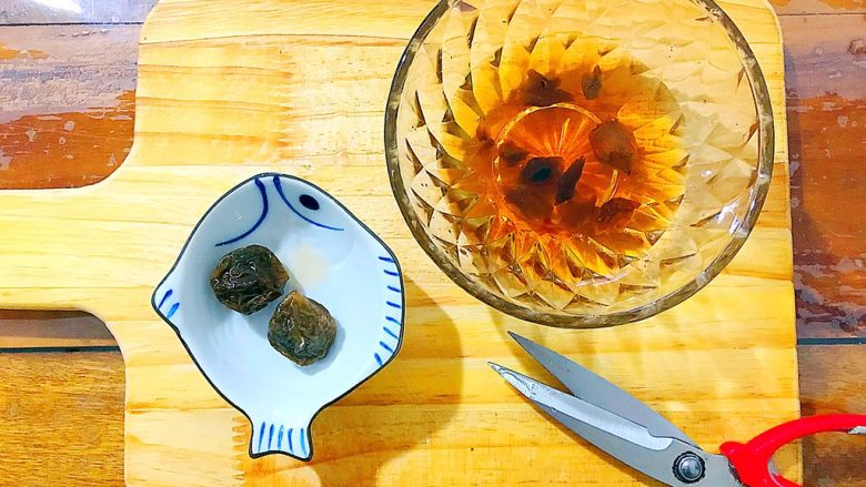 酸甜可口梅汁开背虾,如图所示,把青梅的肉剪下来,放入青梅汁内,核不要扔掉,也一起放入!