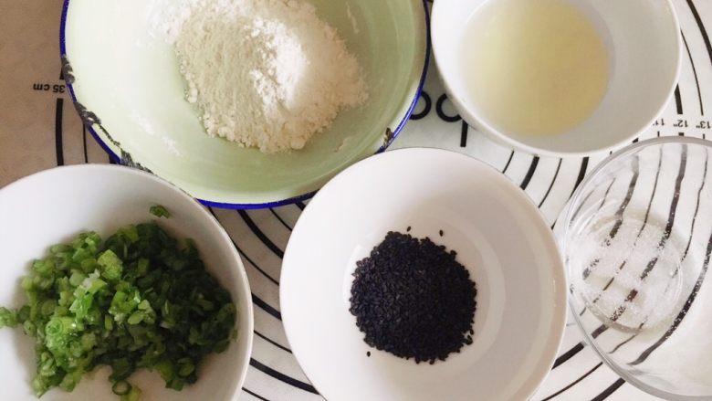 千层芝麻香葱苏打饼干,趁面团发酵的时间,来准备油酥部分。 香葱切末,所有材料称重备用。