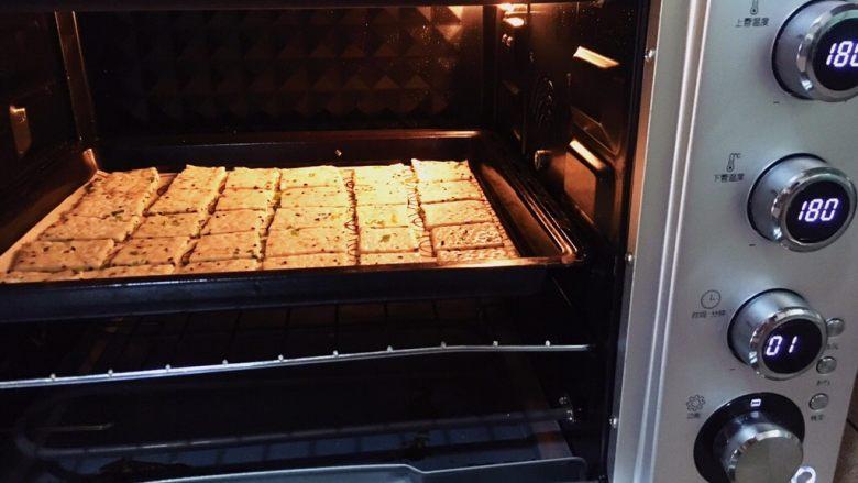 千层芝麻香葱苏打饼干,烤箱中层,上下火180度,烤15-20分钟。 根据自家烤箱的脾气,上色后加盖锡纸。