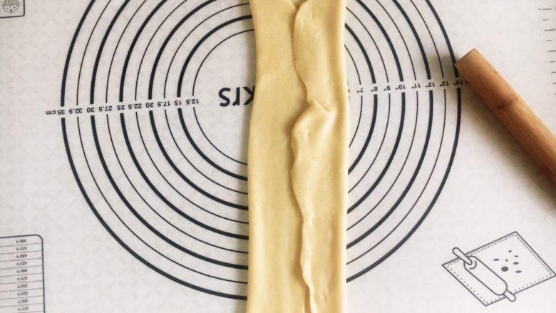 千层芝麻香葱苏打饼干,两边往中间折起来。