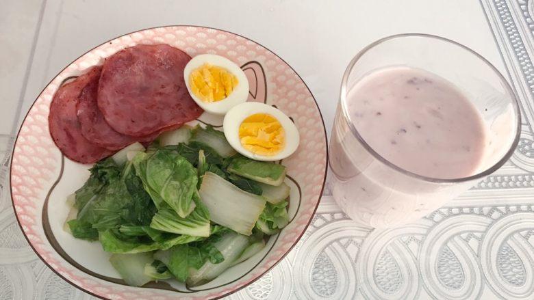 健康午餐,倒一杯蒙牛蓝莓酸奶