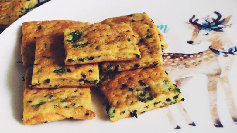 千层芝麻香葱苏打饼干,凉透后密封保存,吃的时候拿出来几片,是不是很有食欲啊?