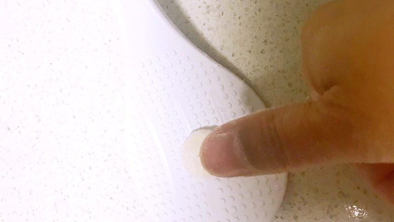 什锦虾仁猫耳面,取一个小面块,用拇指在上面捻一下,做成的面皮形似猫耳朵