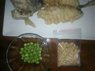 鸿运松鼠桂鱼,9.剥好豌豆,松子买来就剥好的!平时要放冰箱冷冻喔!